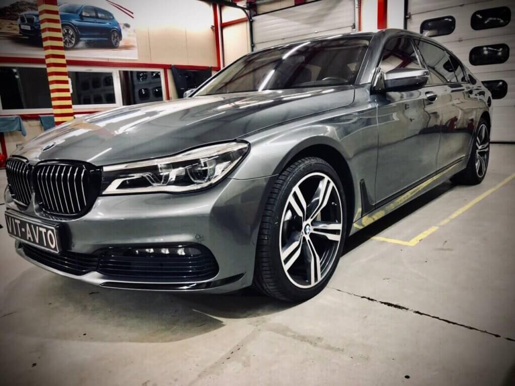 antixrom plenkoj BMW 5 2017 1024x767 - Антихром. Оклейка хромированных деталей авто пленкой.